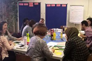 Die Sprachmittlerinnen und Sprachmitttler haben eine eigene Schulung erhalten. Nun helfen sie telefonisch Eltern, die gerne bei Gesprächen mit Kindergarten oder Schule Unterstützung annehmen.